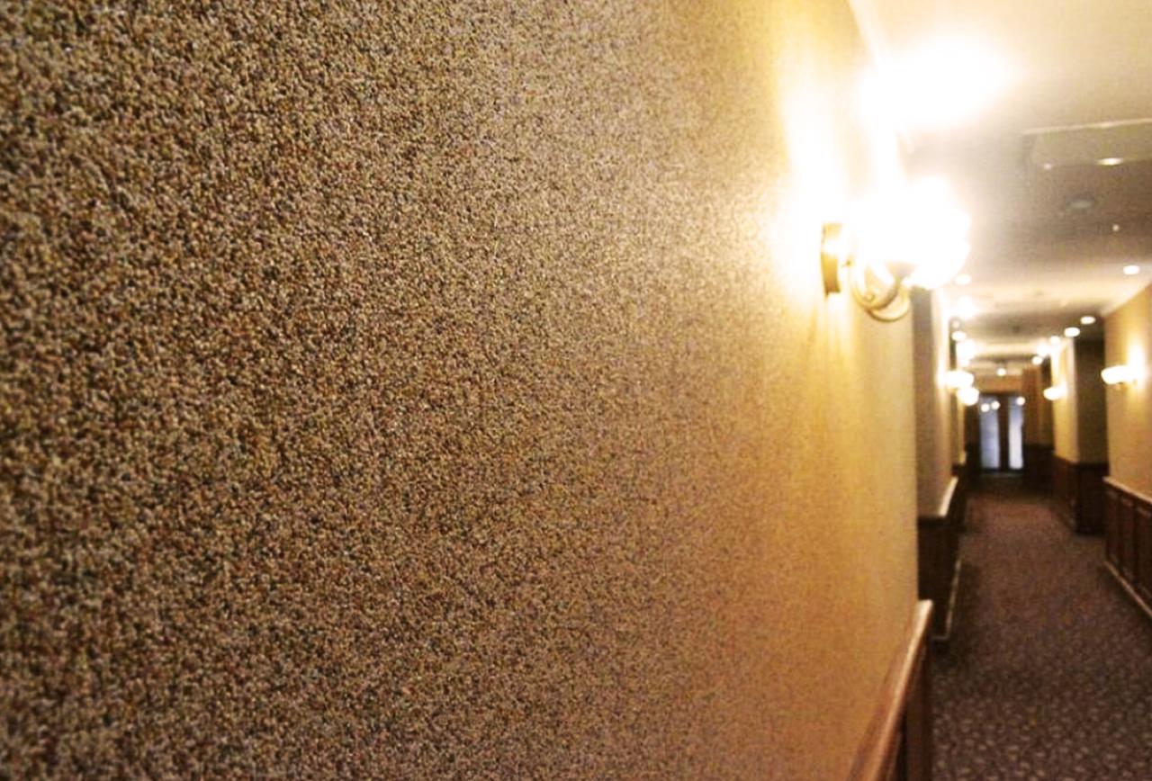 Фото каменной штукатурки в коридоре