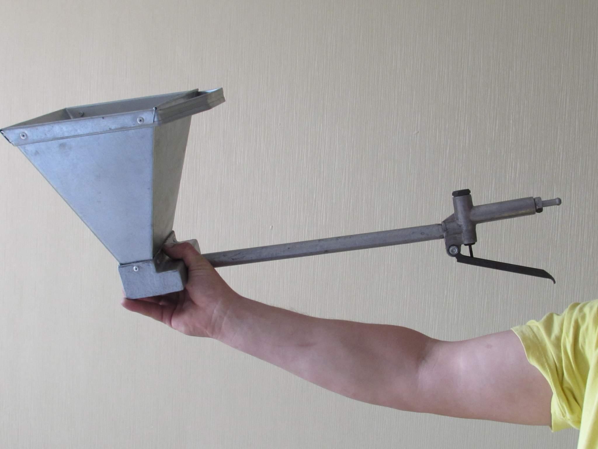 Фото картушного пистолета в руке