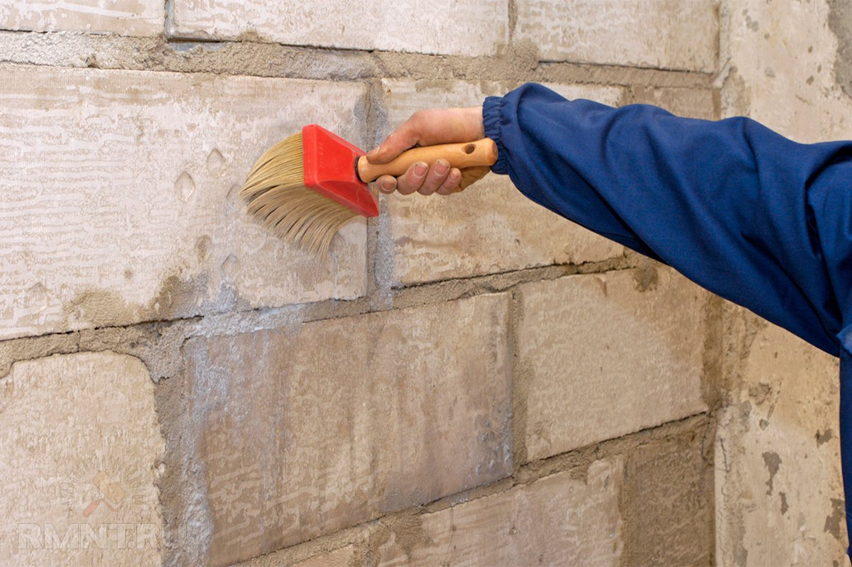Первичная грунтовка стен