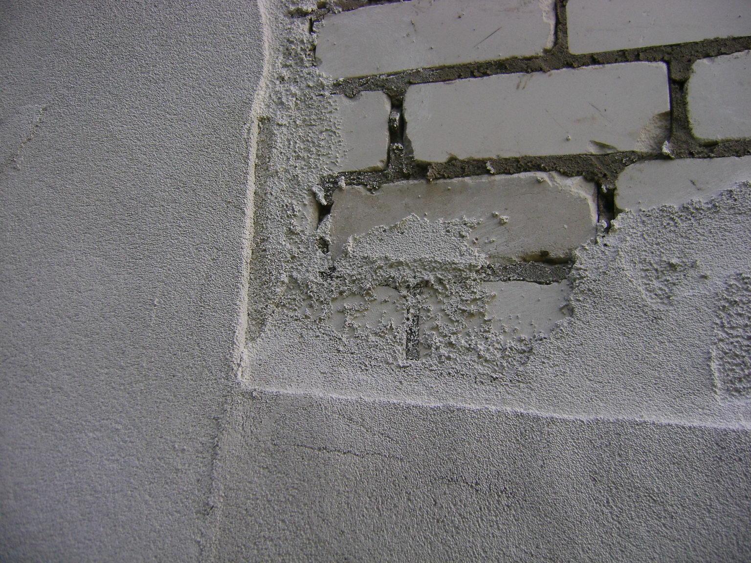 Цементная штукатурка на кирпичной стене