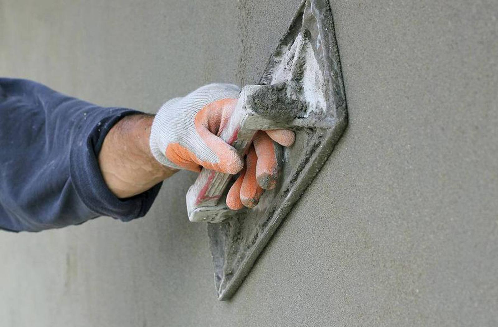 Цементная штукатурка на стене