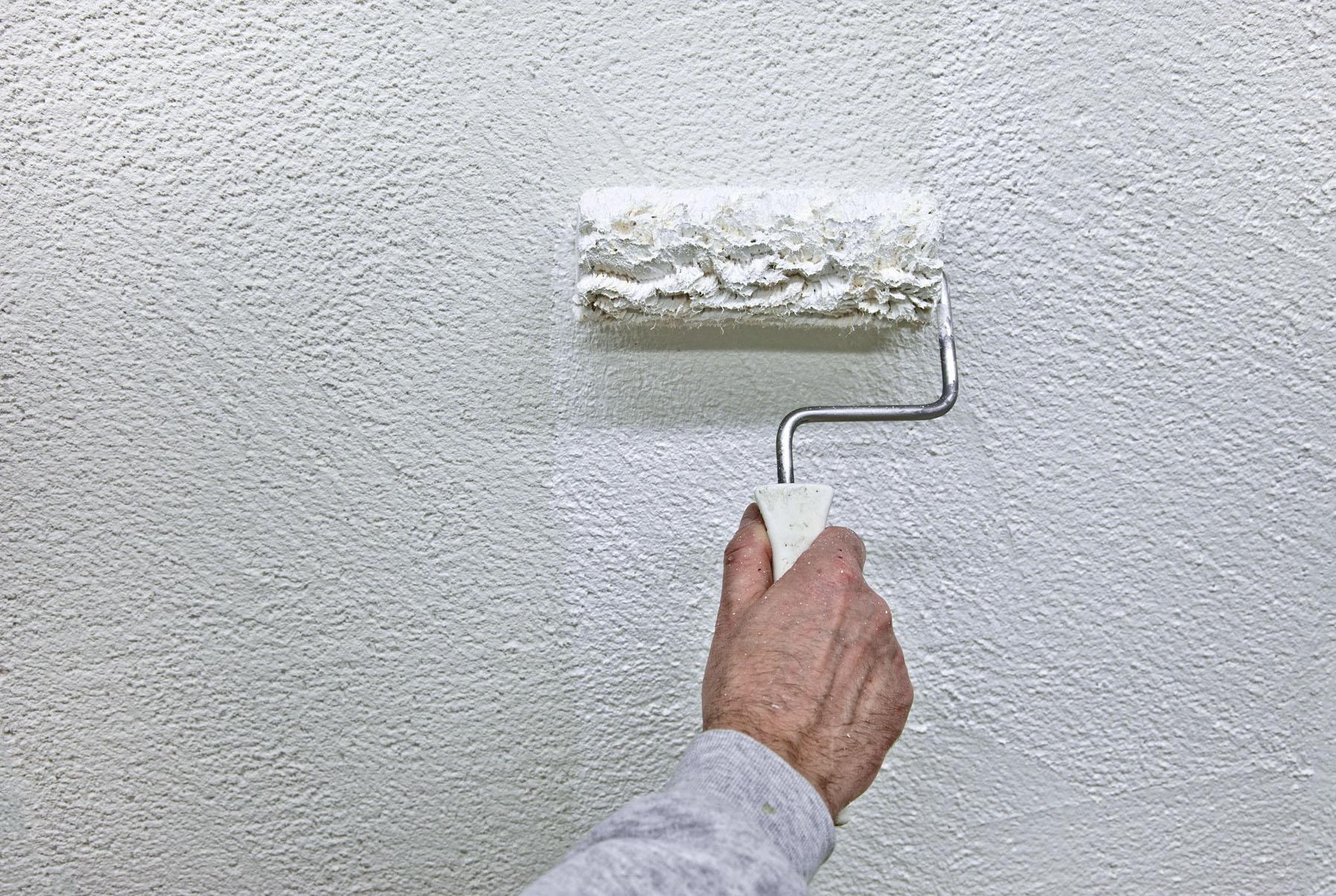 Фото грунтовки стены
