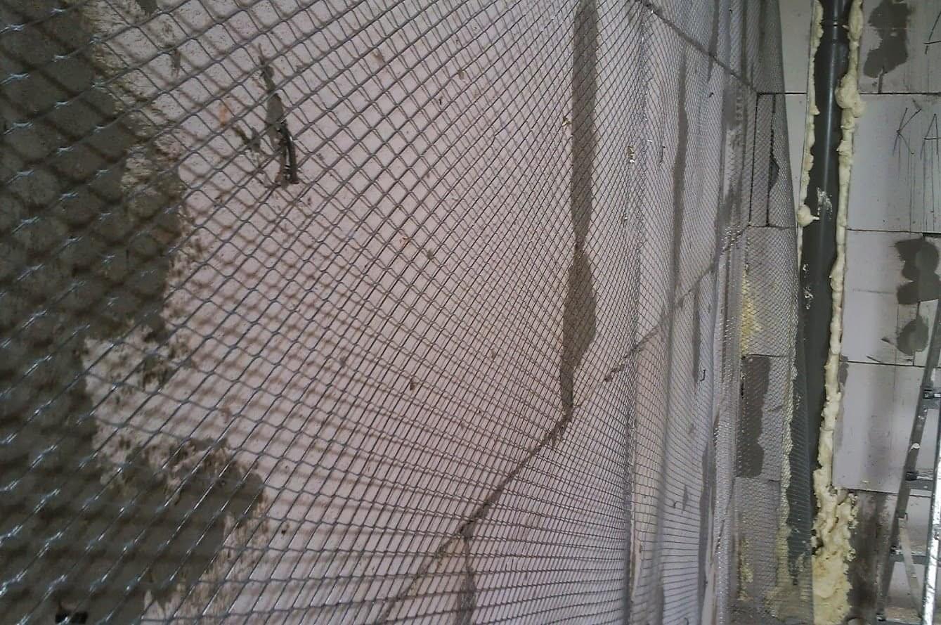Металлическая сетка на стене