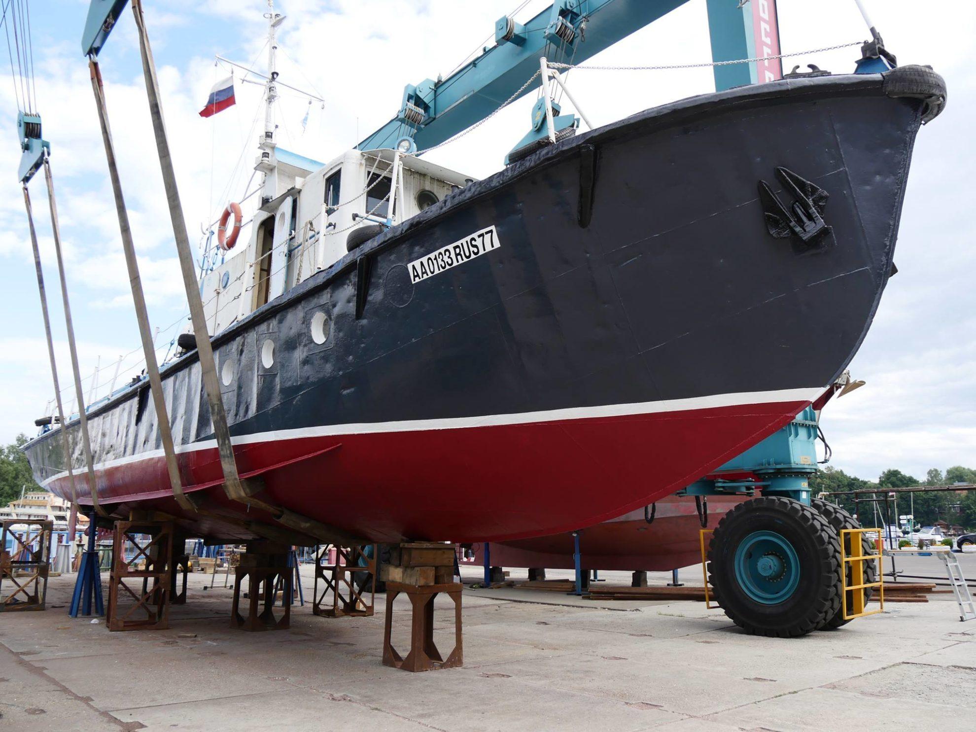 Фото корабля на берегу