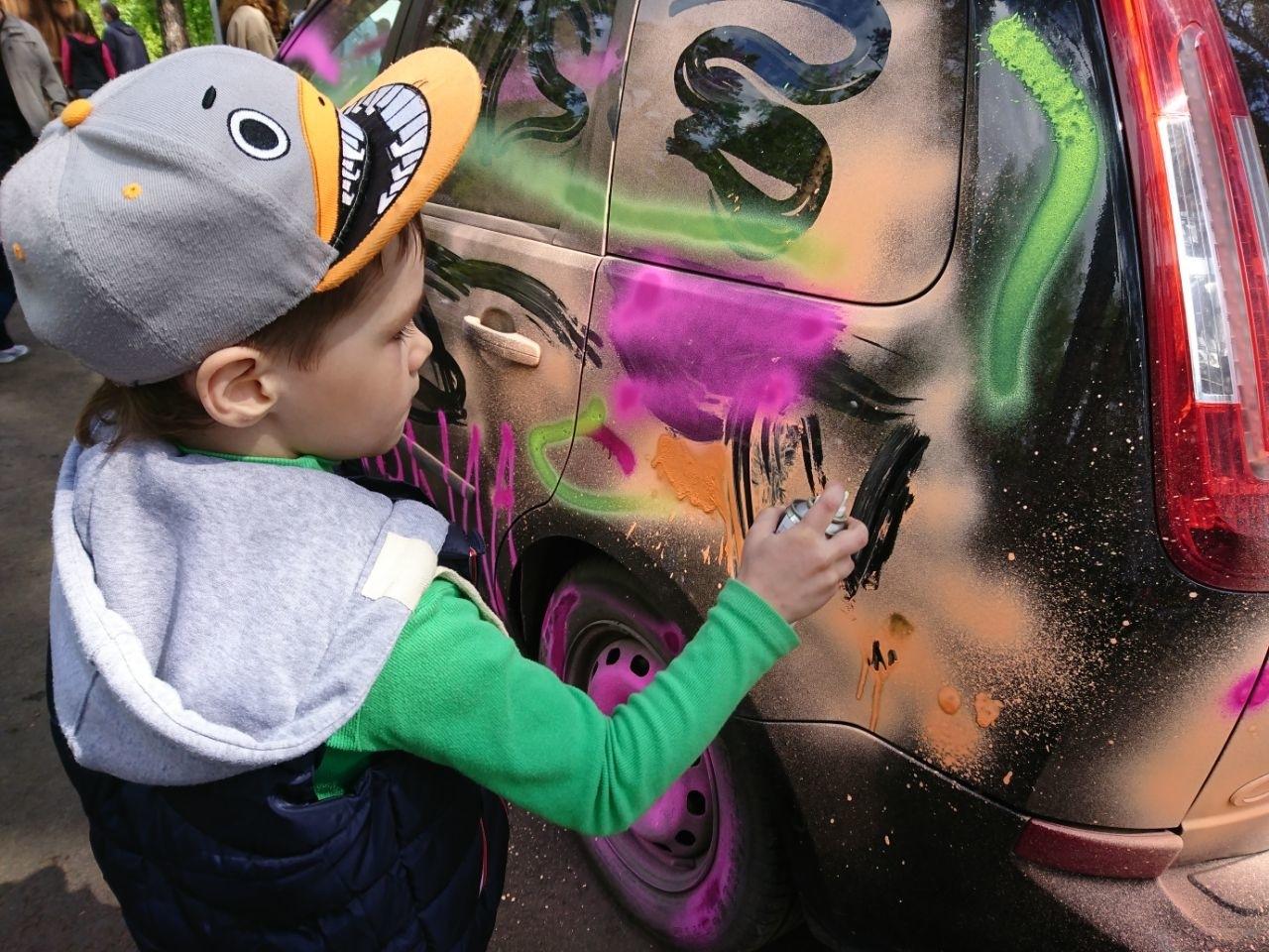 Нанесение краски ребенком
