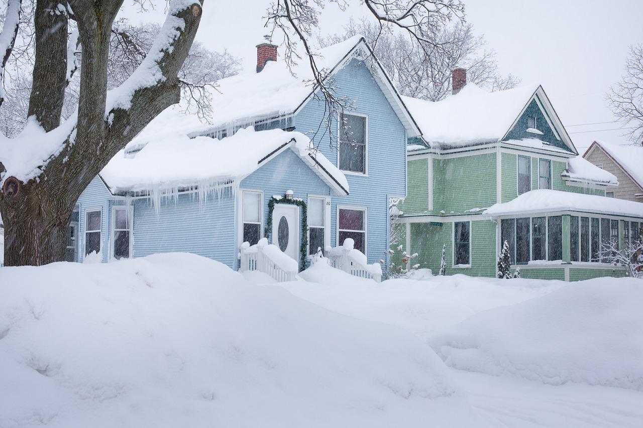 Окрашенные дома зимой