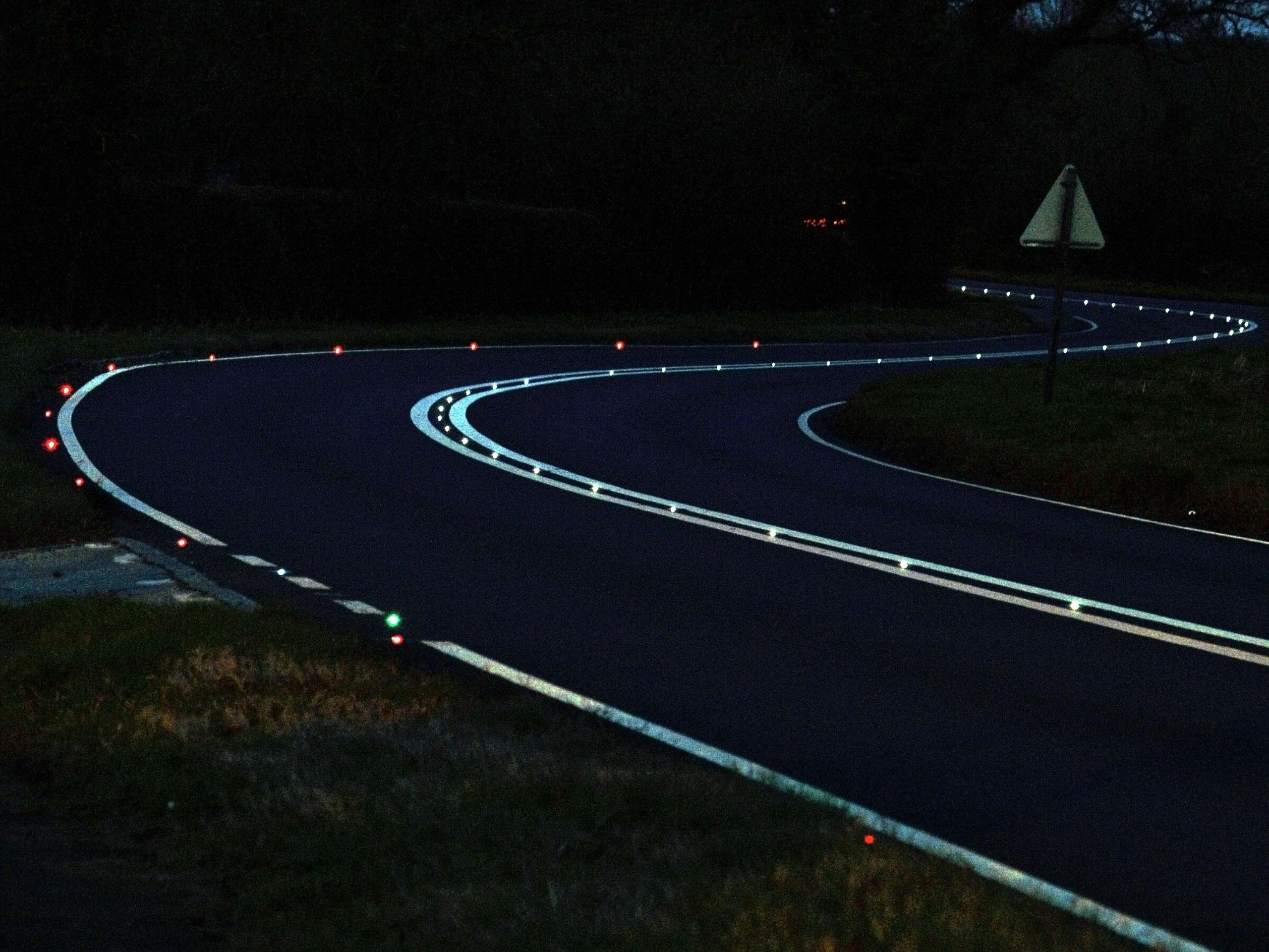 Светящаяся разметка на дороге