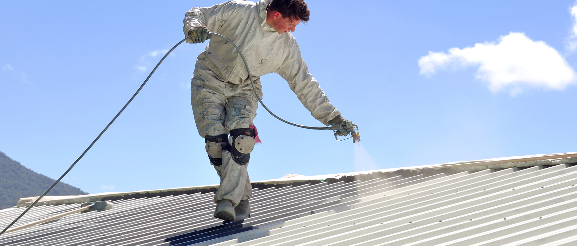 Покраска крыши краскопультом