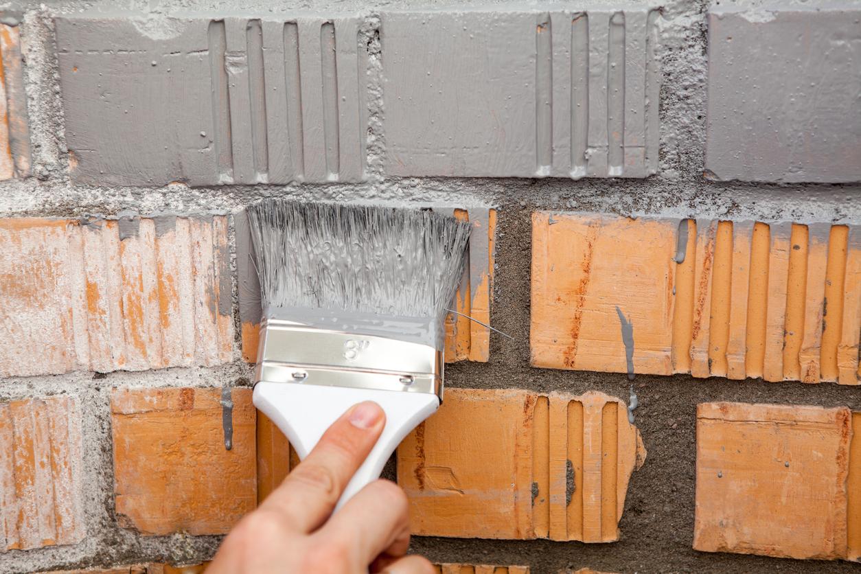 Покраска стены кисточкой