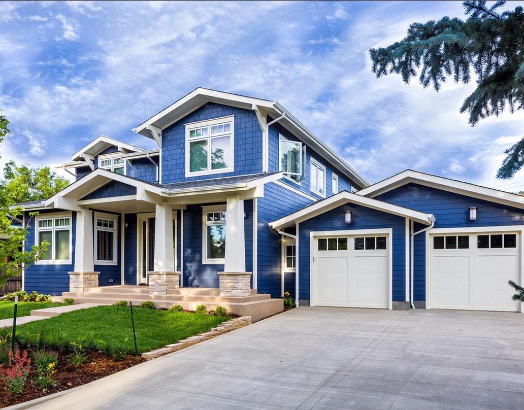 Синий фасад дома
