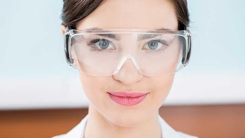 Человек в защитных очках