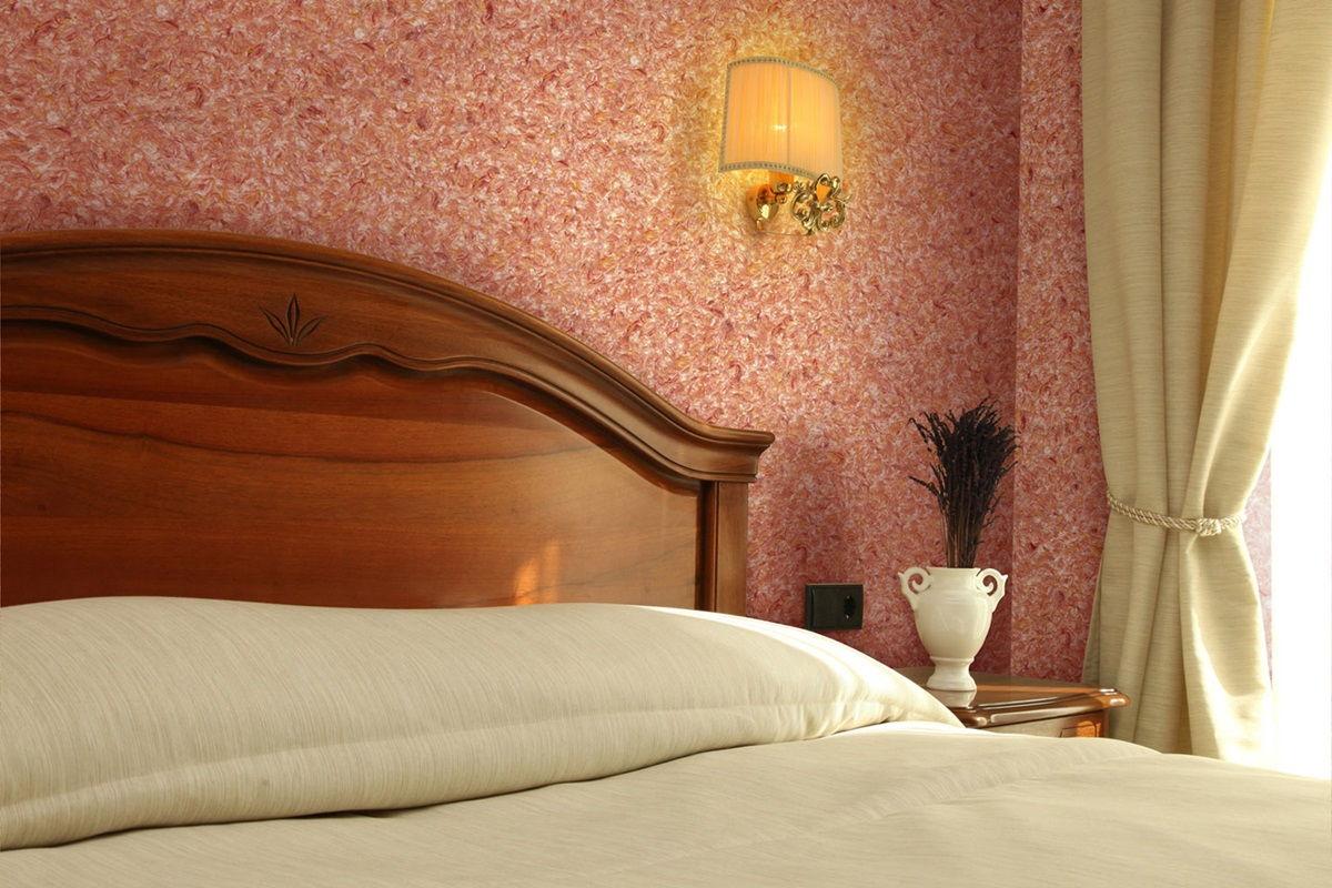 Фото жидких обоев в спальне