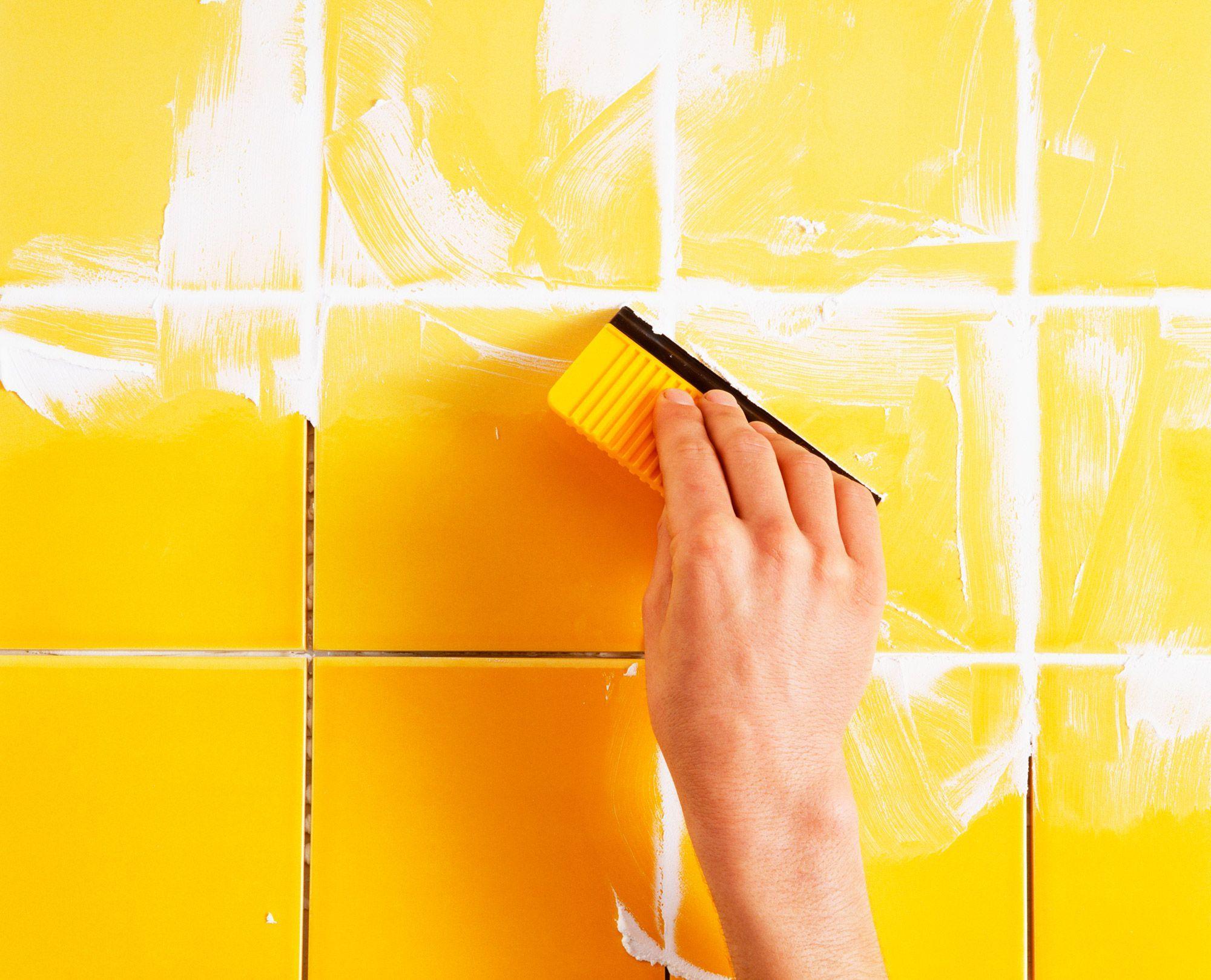 Затирка плитки на стене
