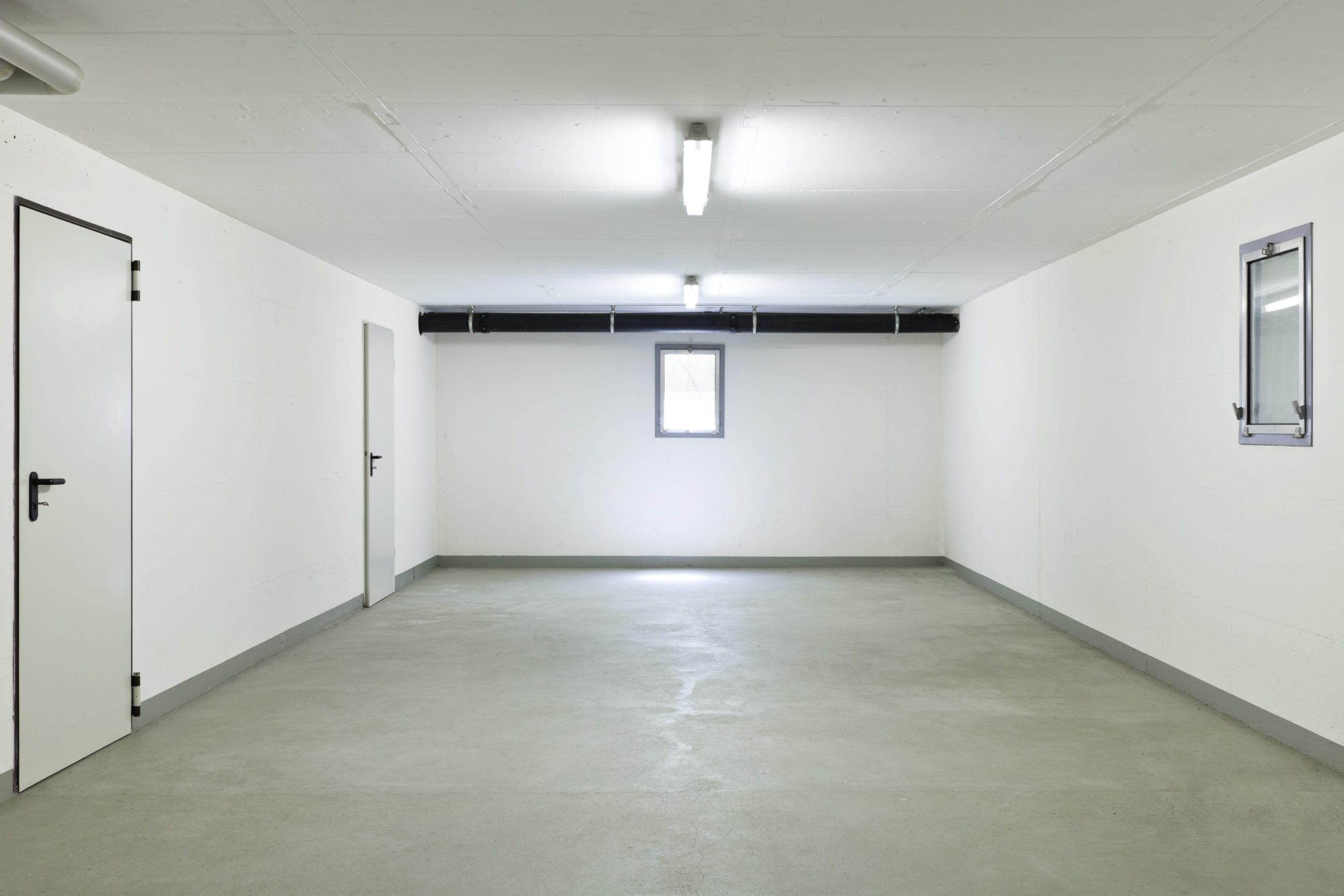Белые стены в гараже
