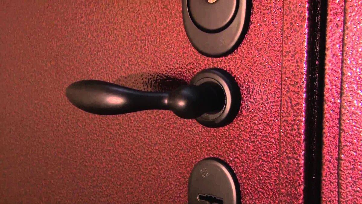Молотковая краска на дверях