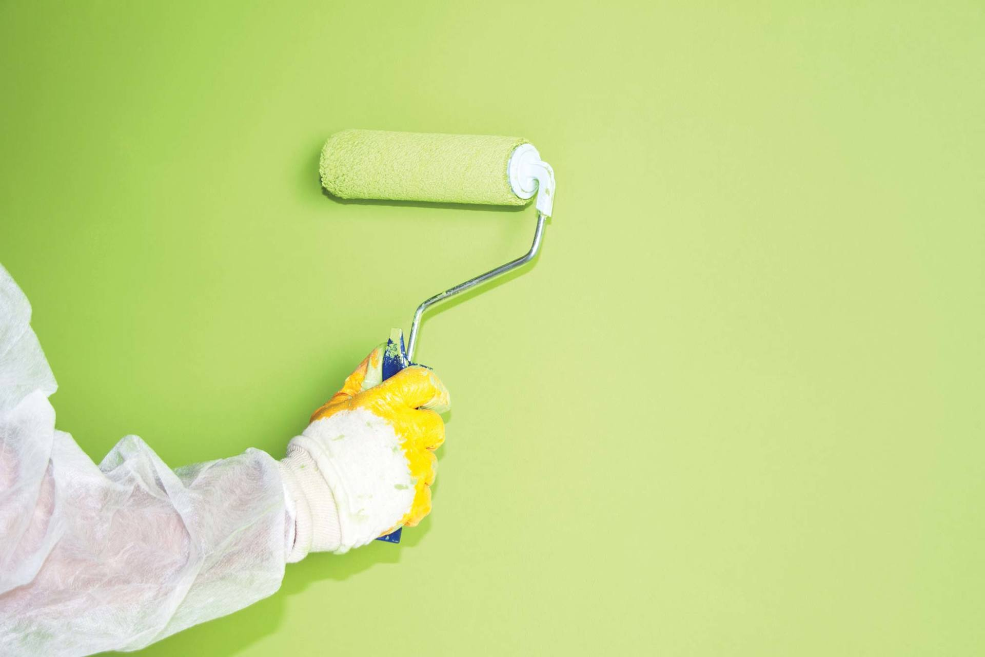 Покраска стен в спецодежде