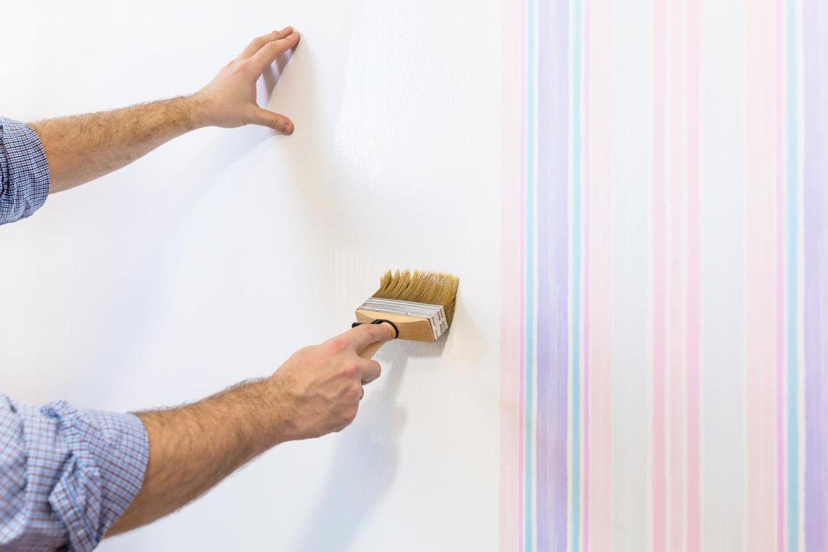 Смазывание стен клеем