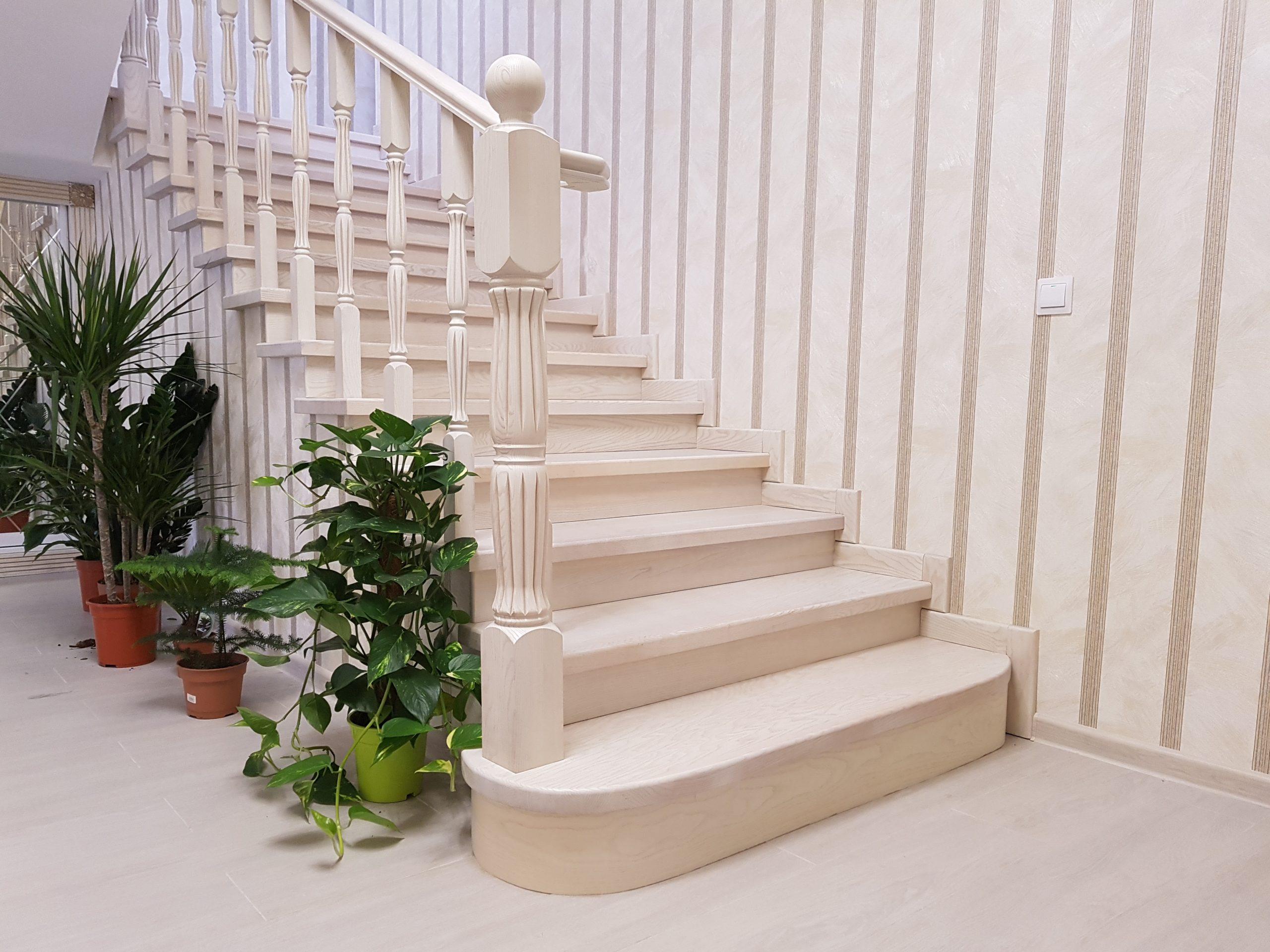 Фото светлой лестницы