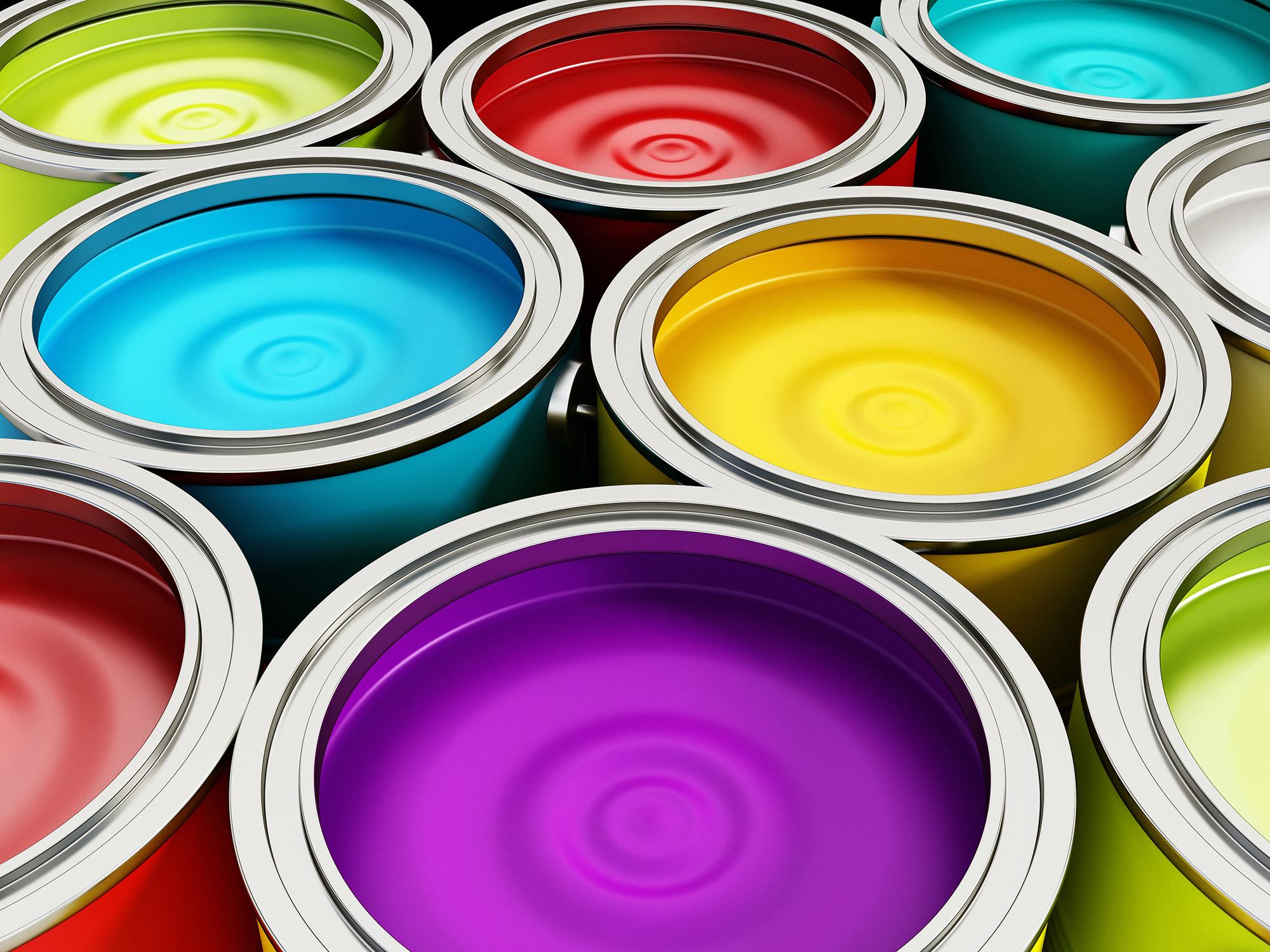 Яркая краска в банках