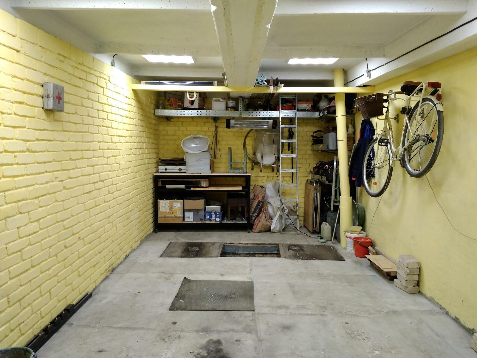 Желтые стены в гараже