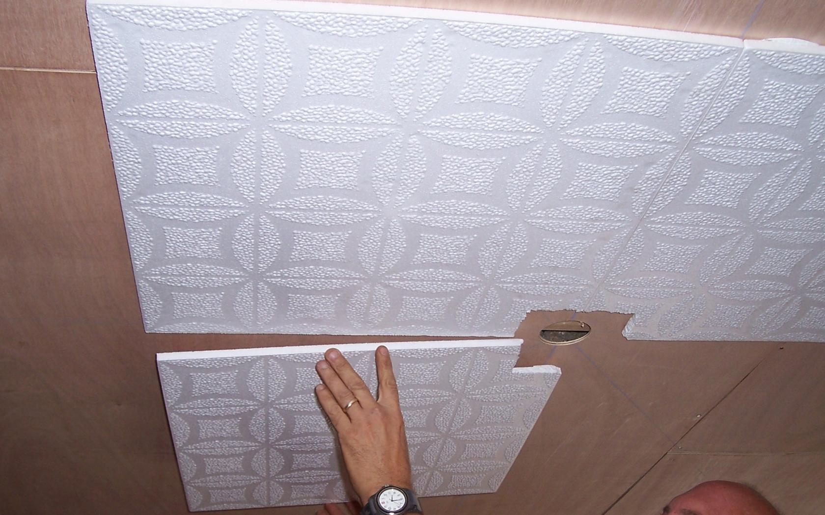 Приклеивание ПВХ панелей на потолок