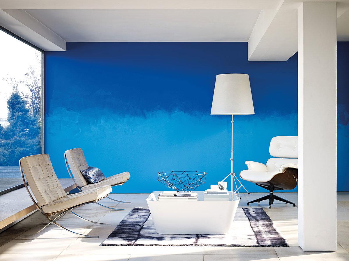 Синяя краска на стенах