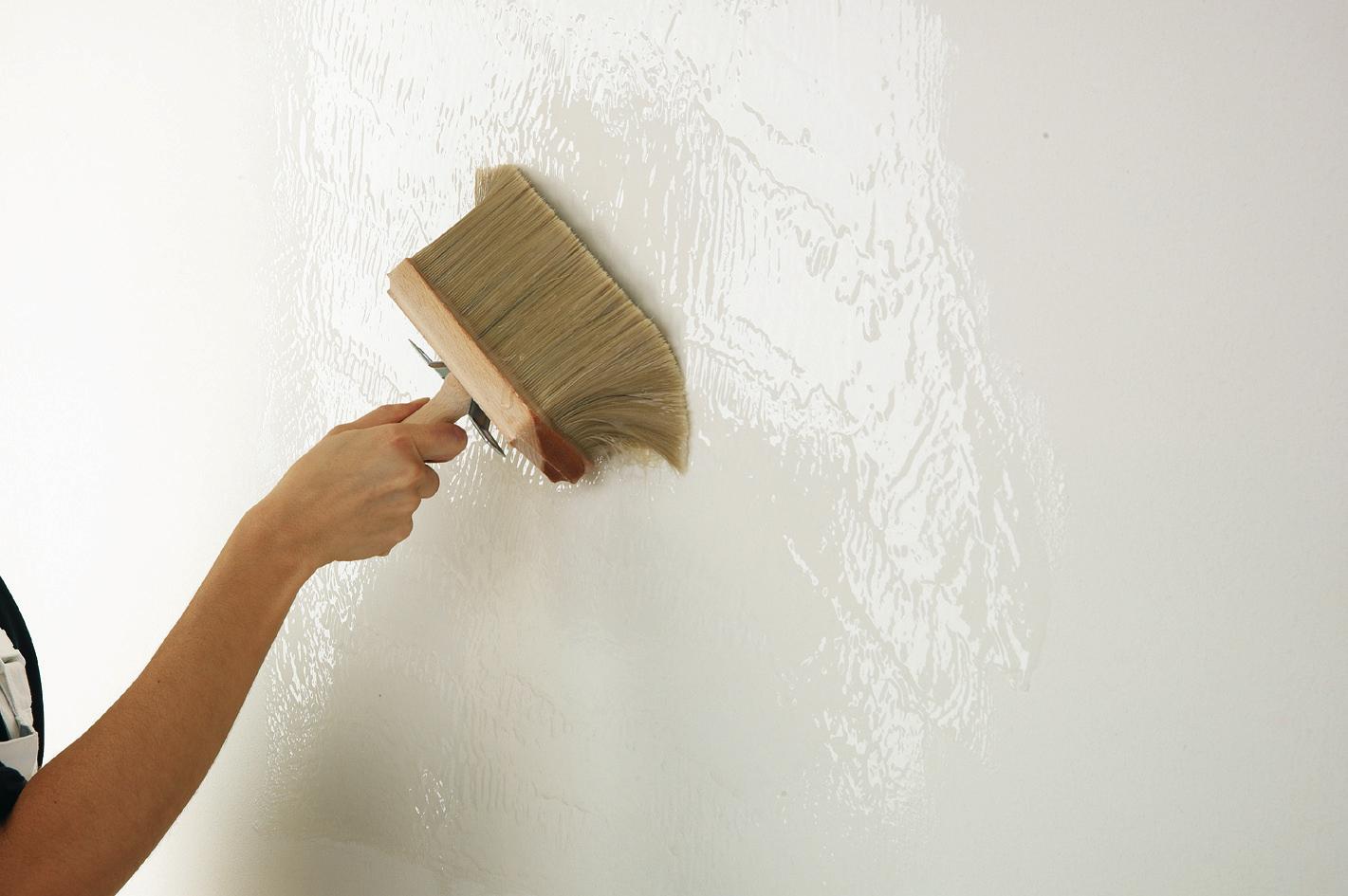 Грунтовка стен кистью