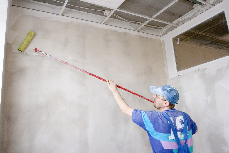 Грунтовка стен в комнате