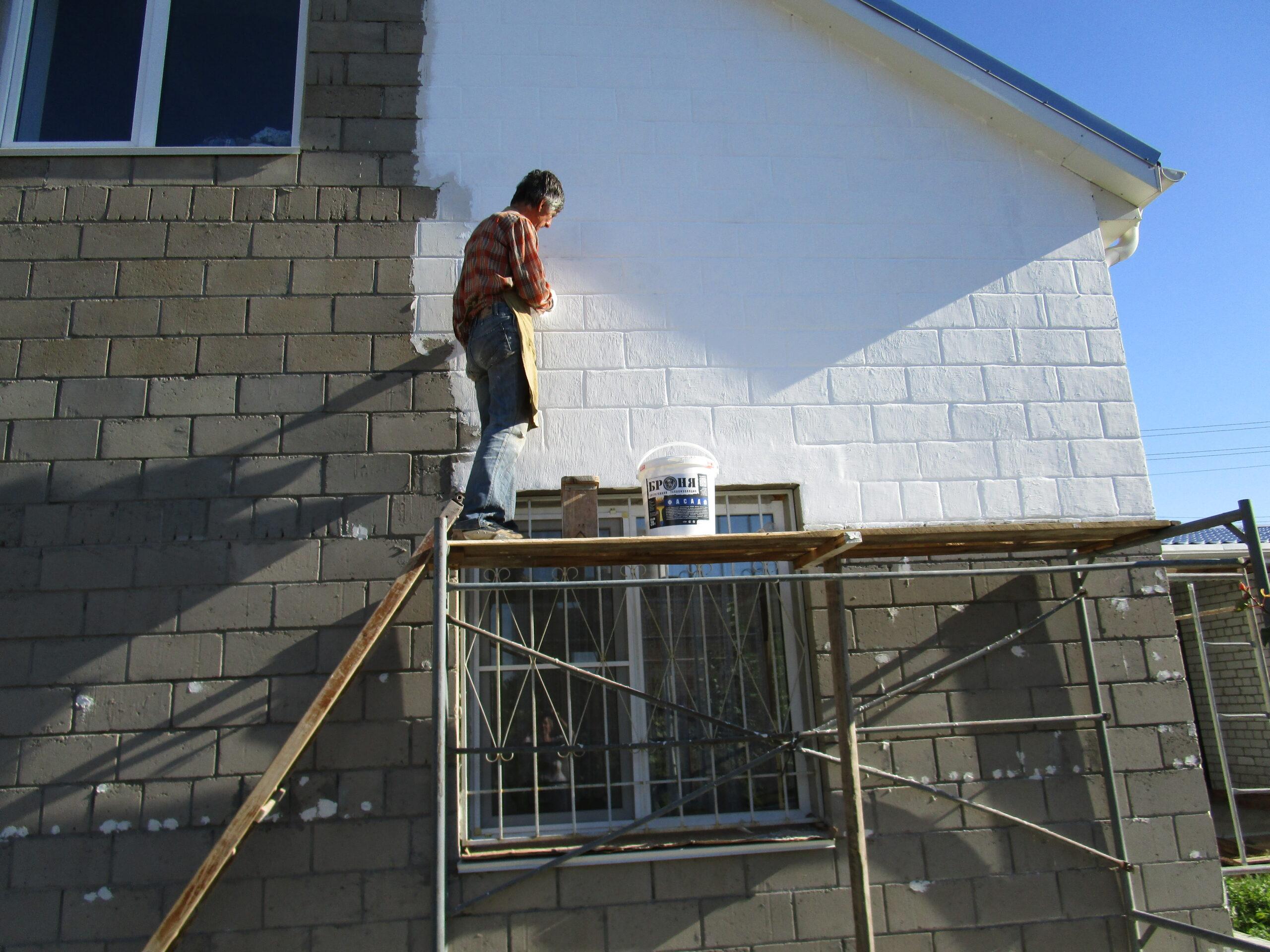 Нанесение краски на дом