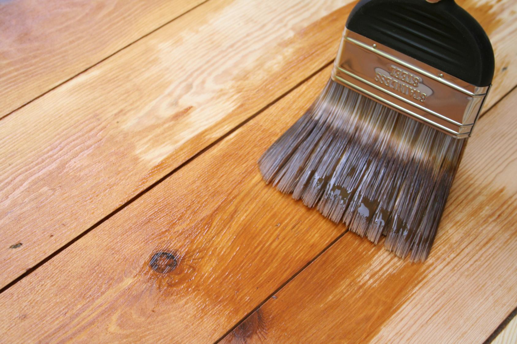Нанесение масла на древесину