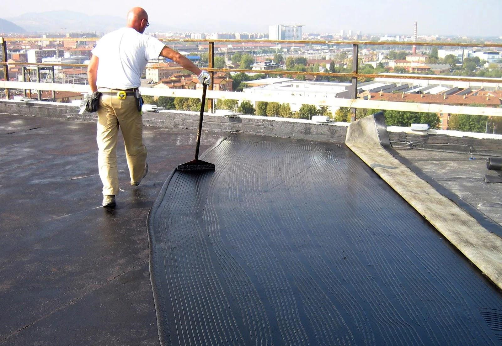 Нанесение мастики на крыше