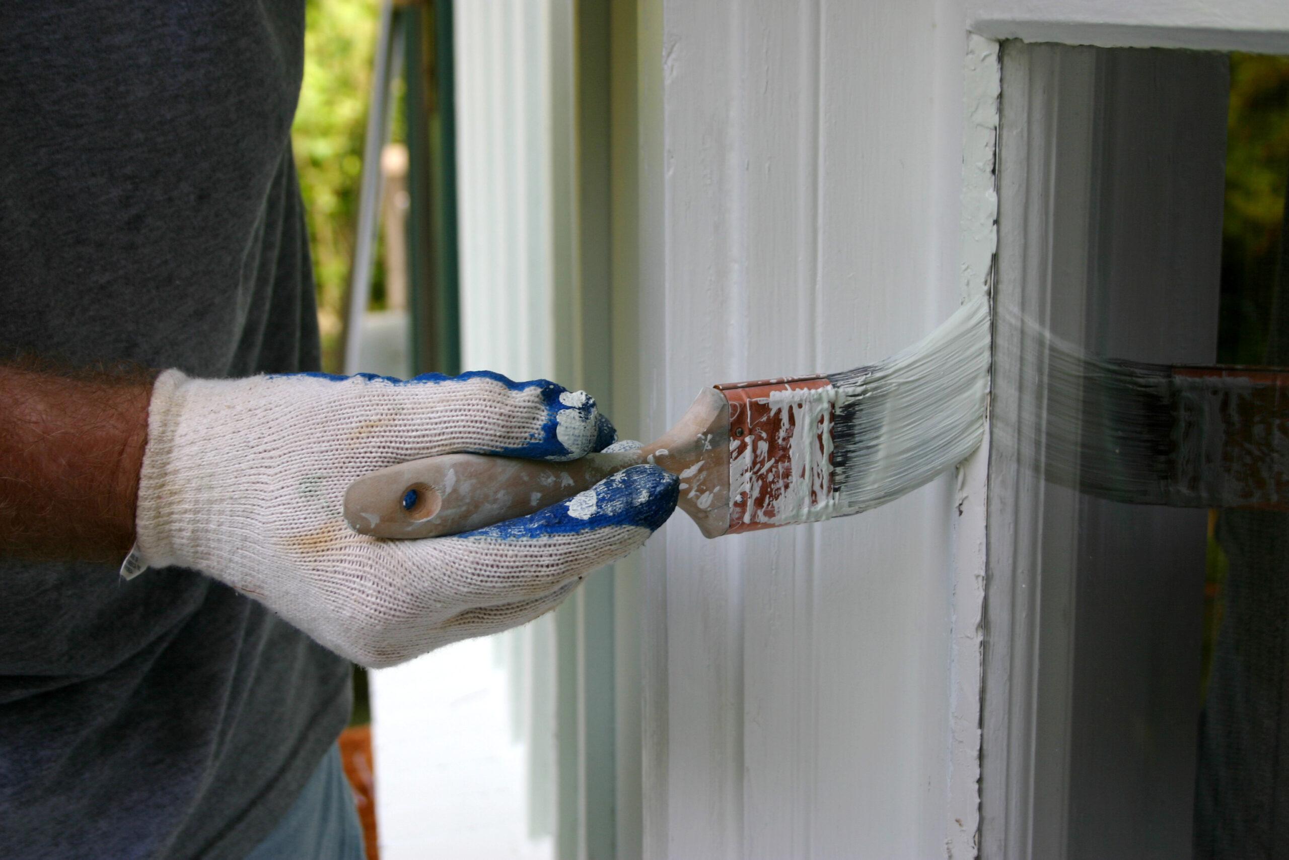Покраска окна снаружи