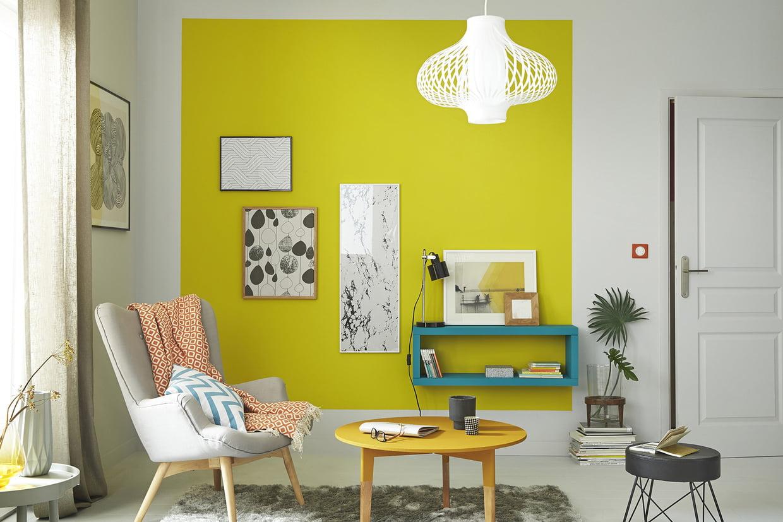 ярко желтые обои в интерьере кирпич интерьере кухни