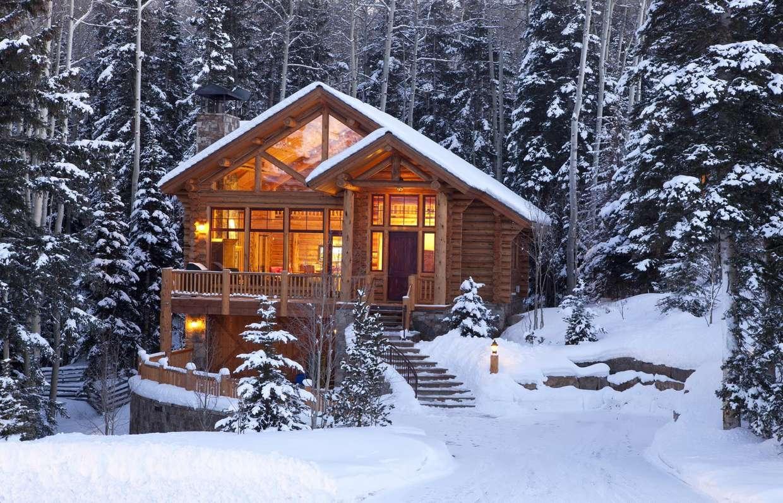 Деревянный дом под снегом