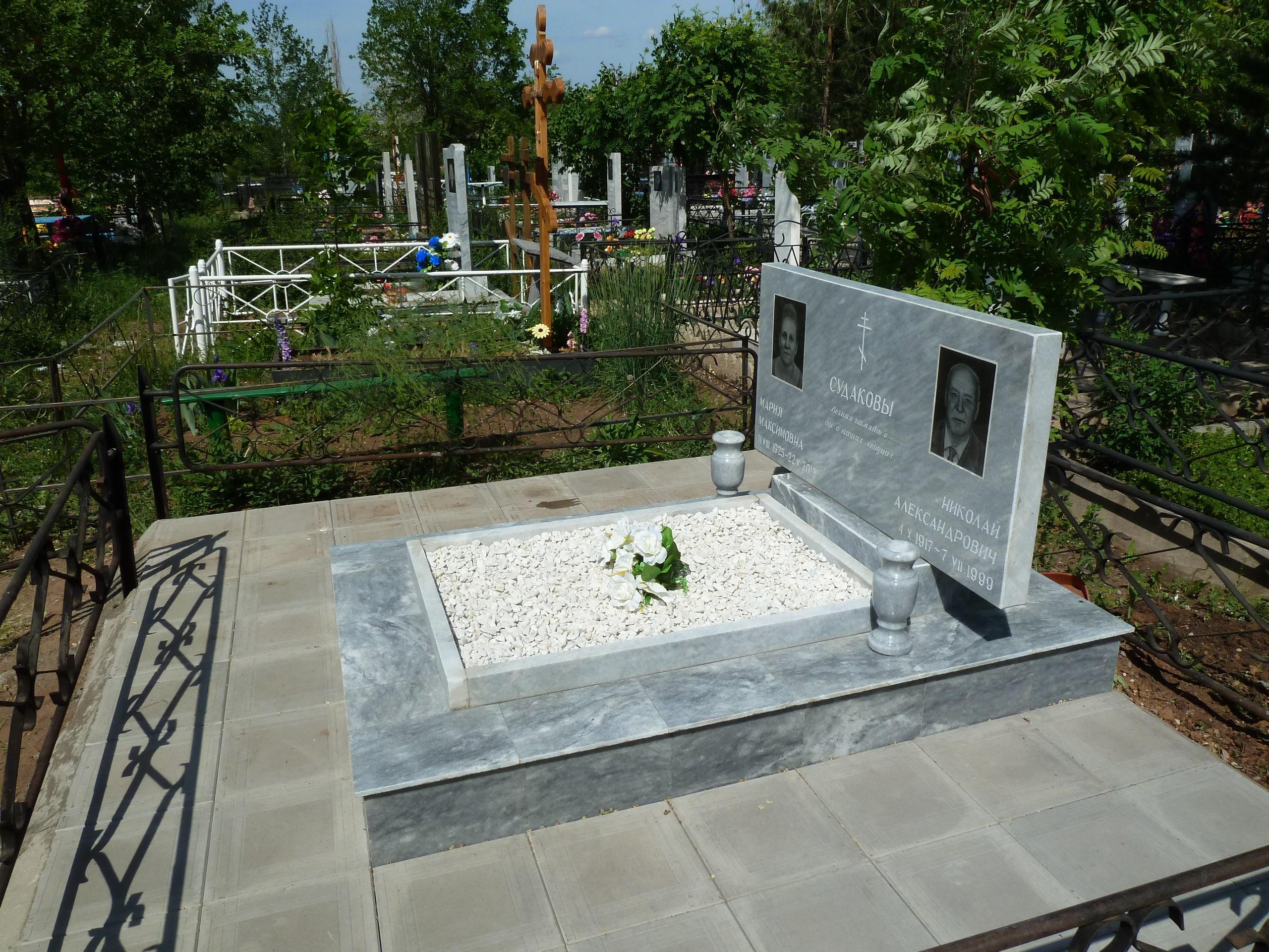 Мраморный памятник на кладбище