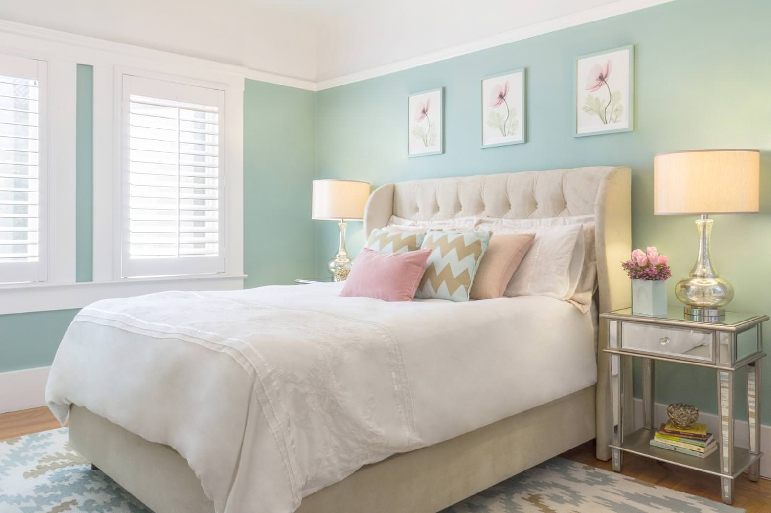 Пастельные стены в спальне