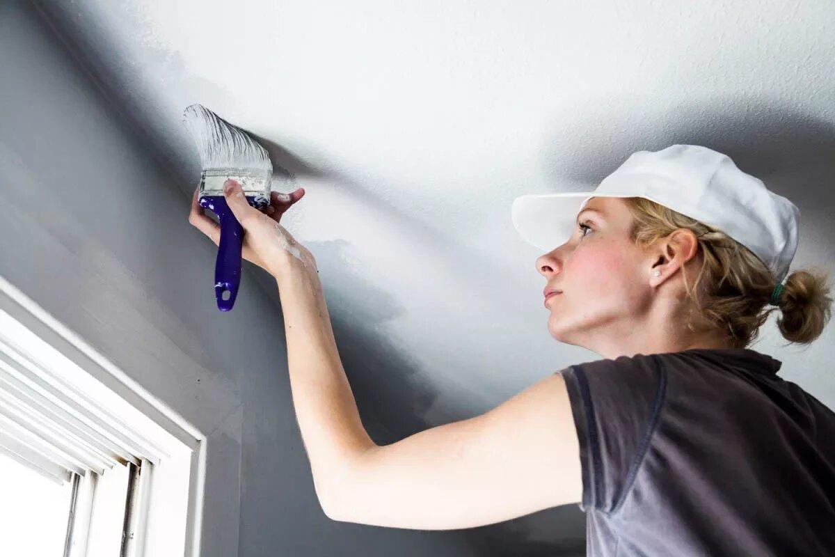 Покраска потолка кисточкой