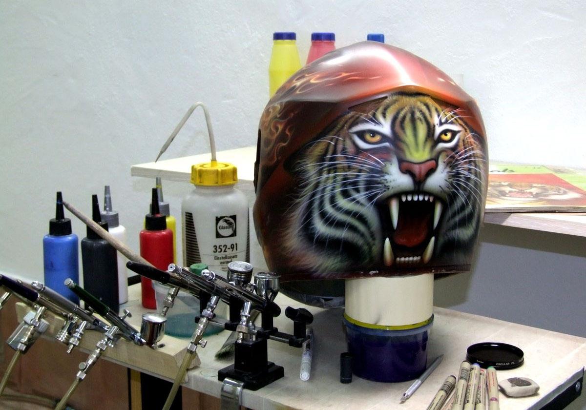 Покраска шлема аэрографом
