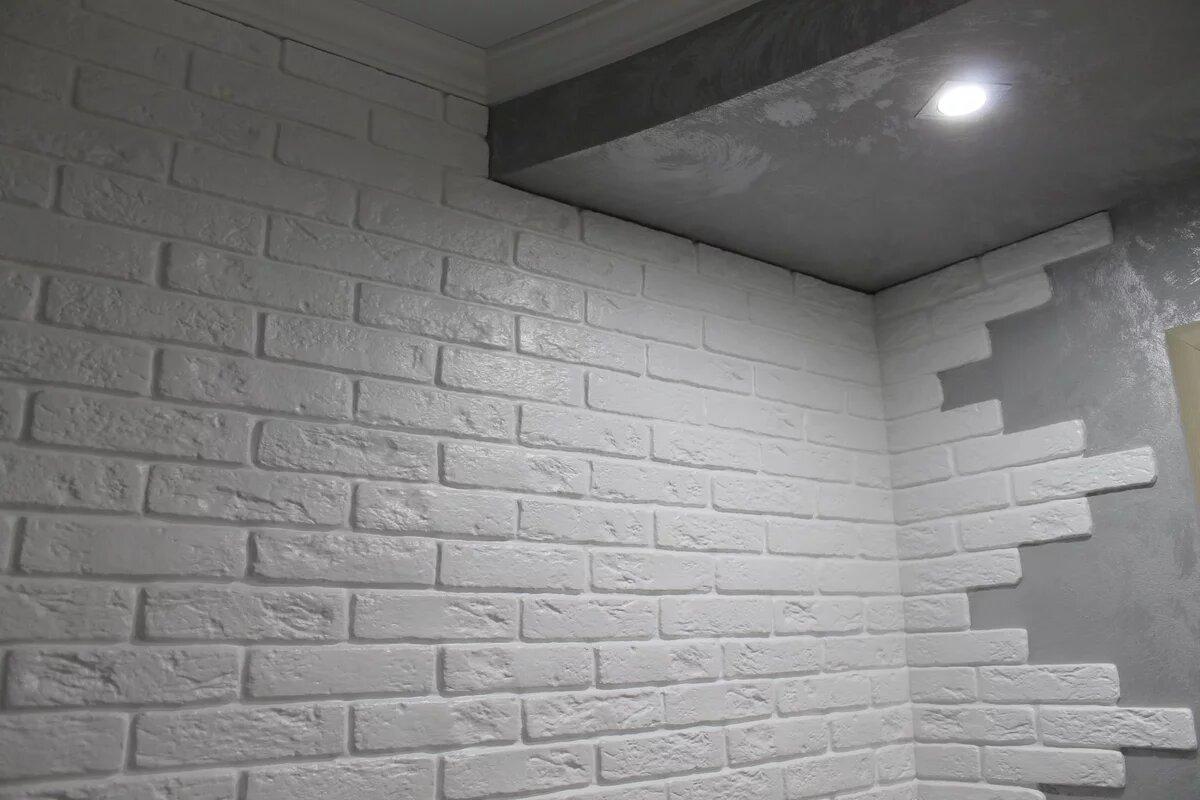 Гипсовая плитка на стенах