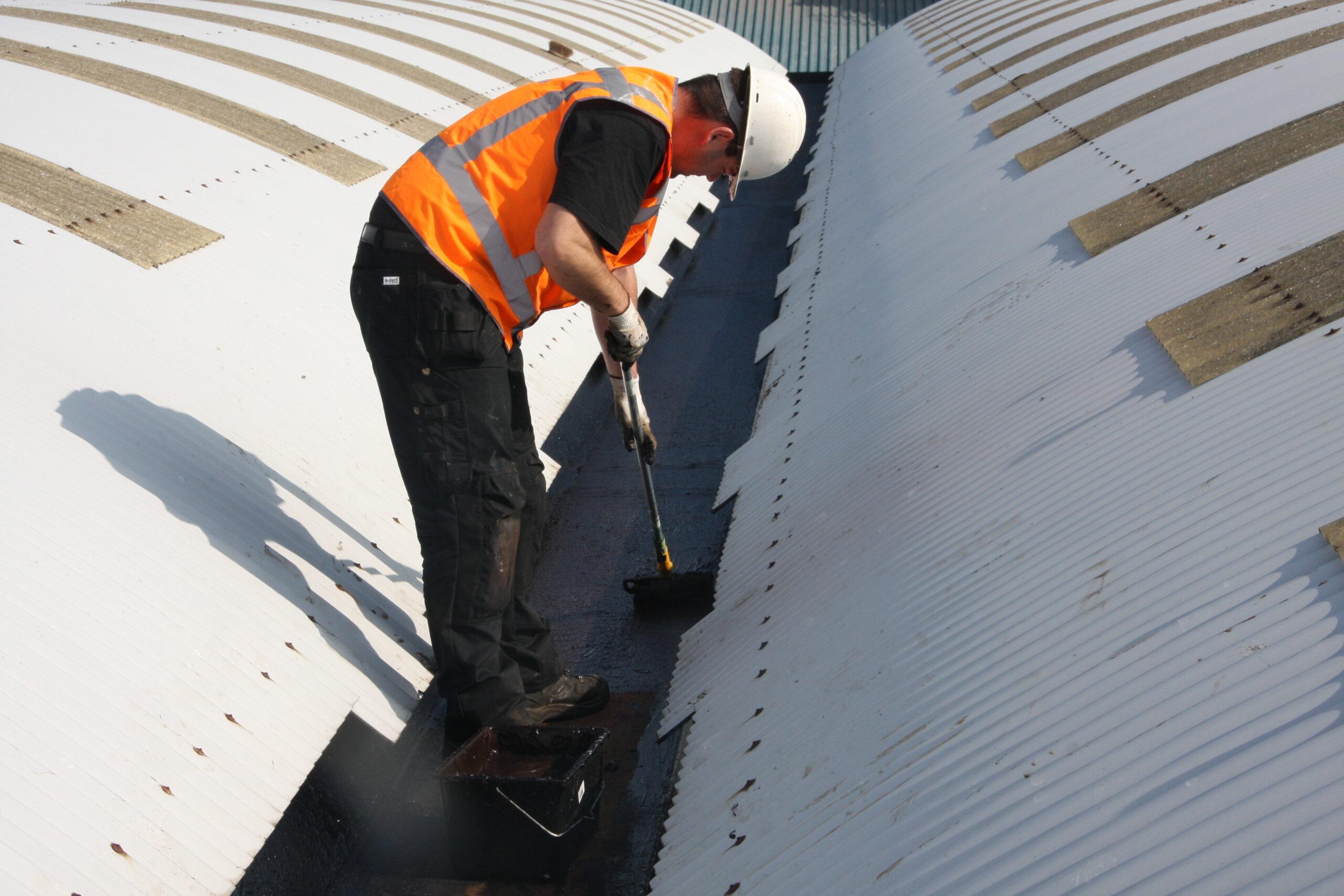Нанесение мастики на крышу