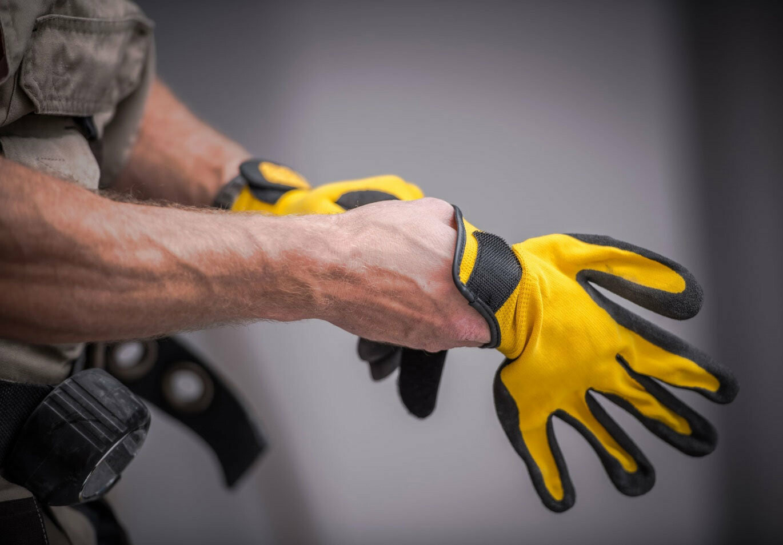 Руки с перчатками