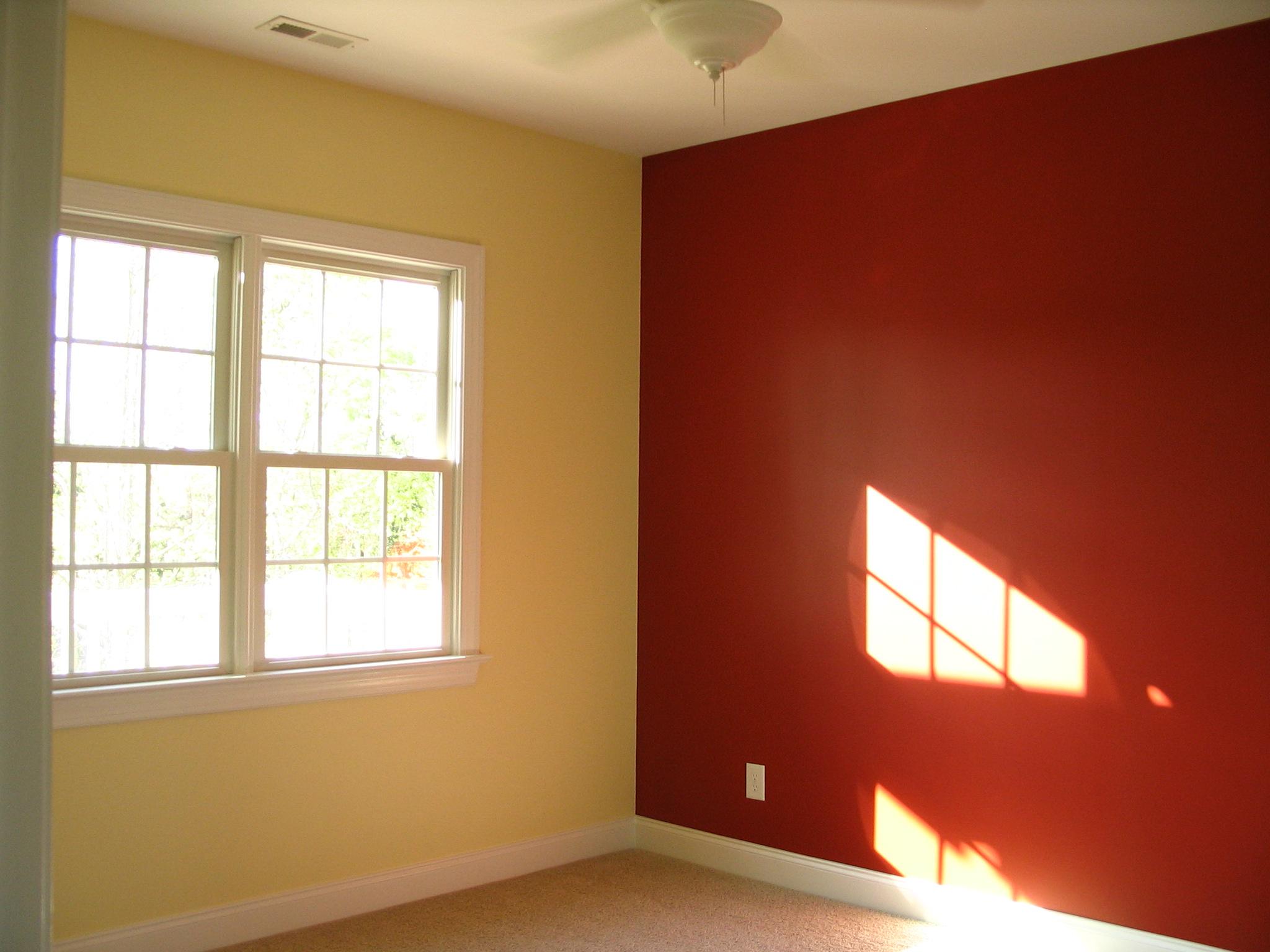 Крашенные стены в комнате