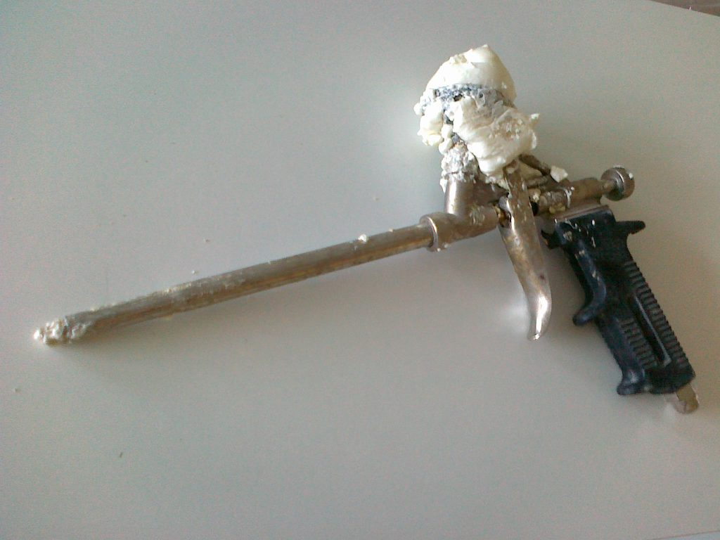 Пистолет с засохшей пеной