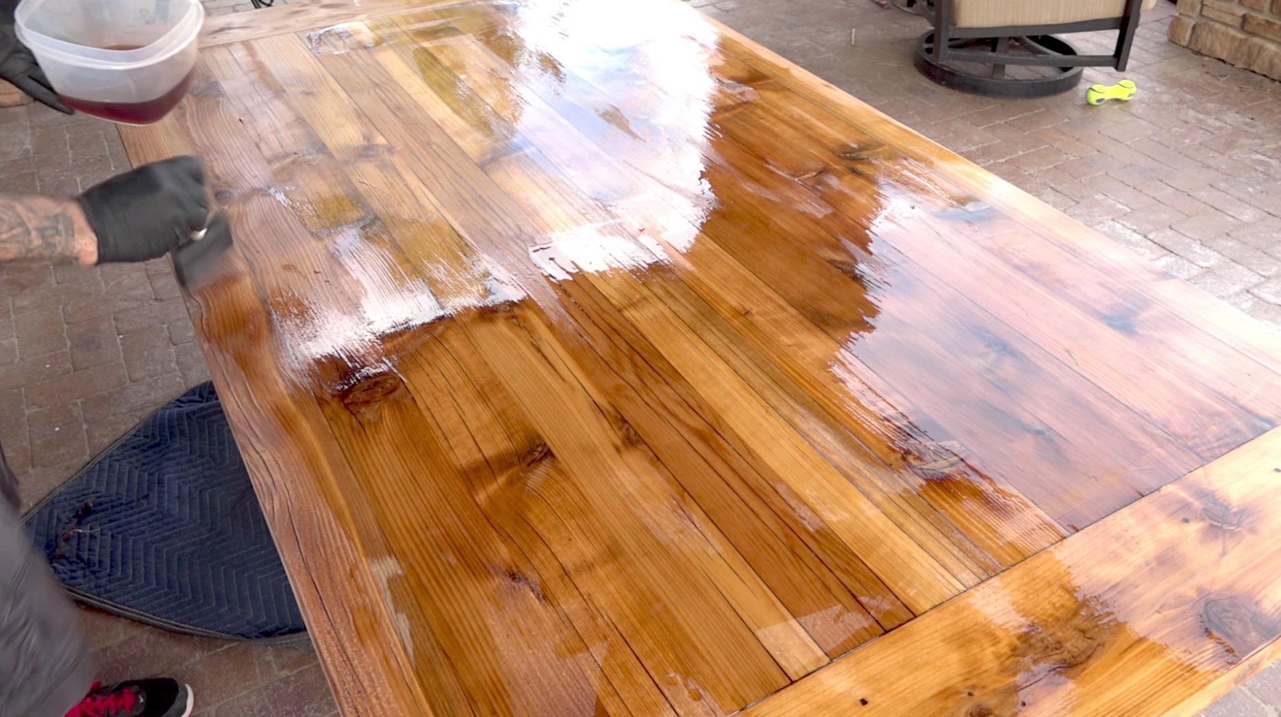 Покрытие стола лаком