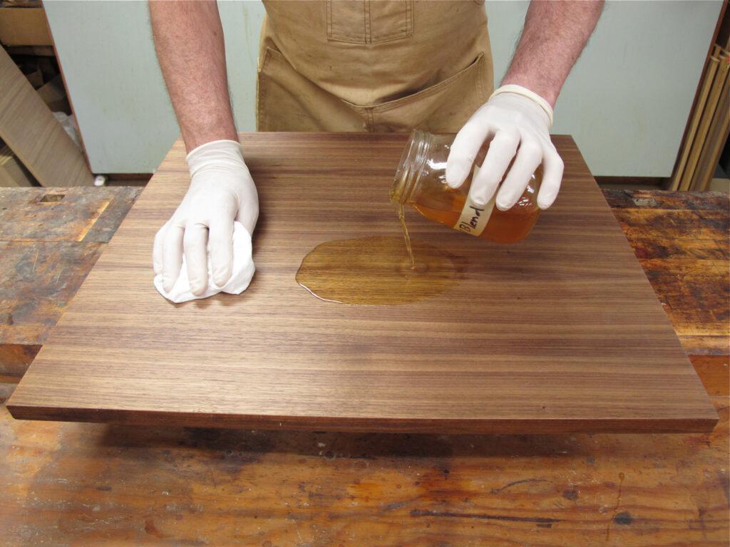 Покрытие столешницы лаком