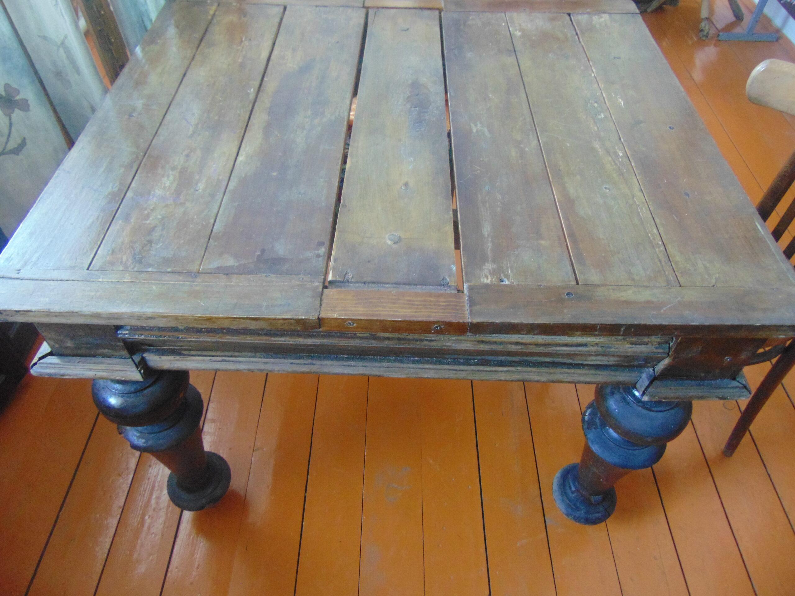 Фото старого стола