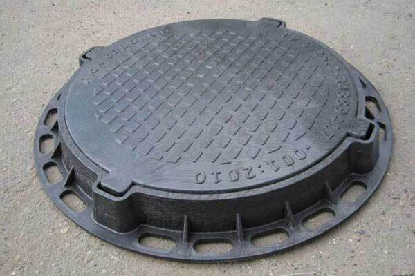 Чугунный или пластиковый канализационный люк