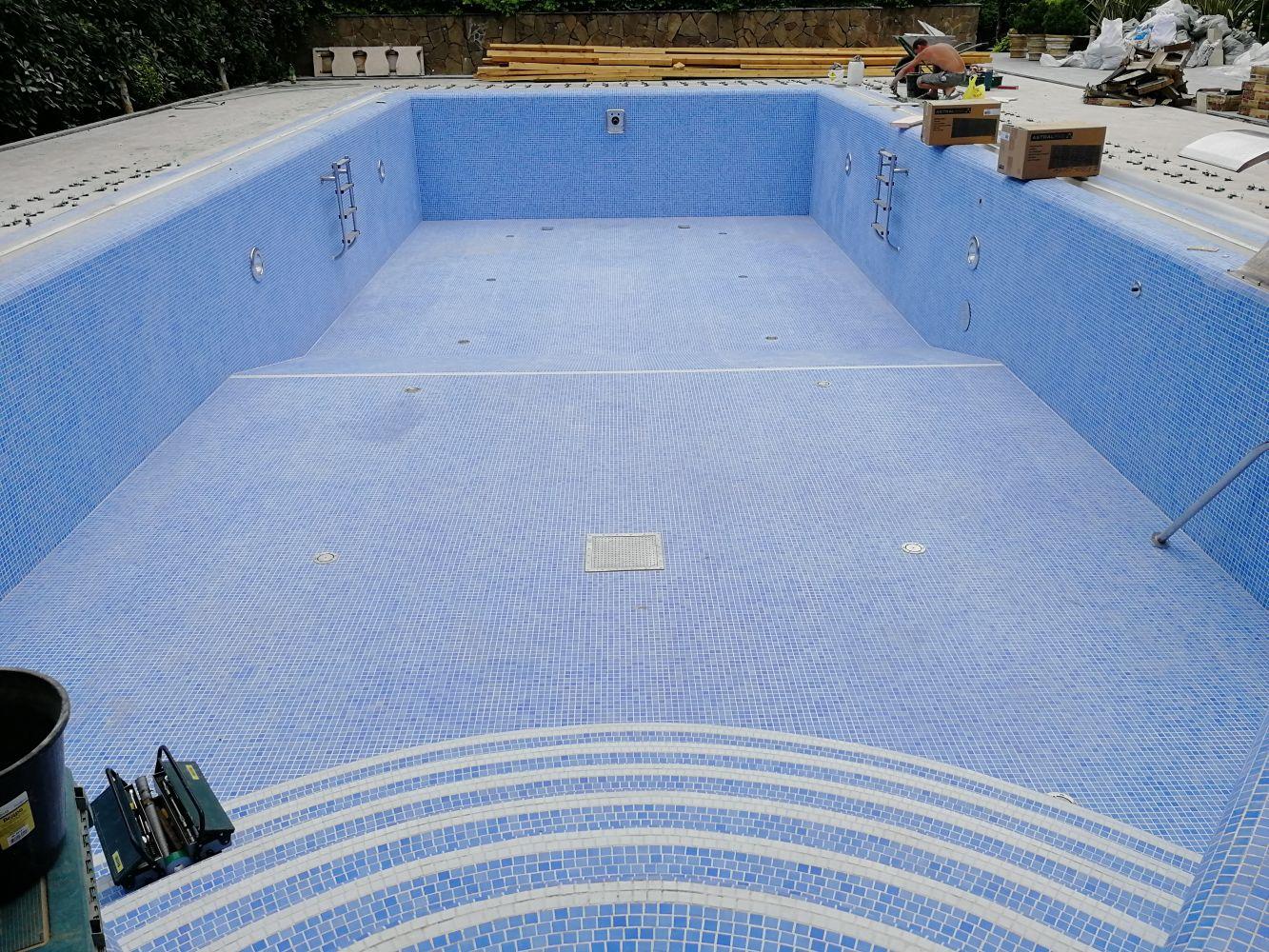 Фото бассейна с плиткой