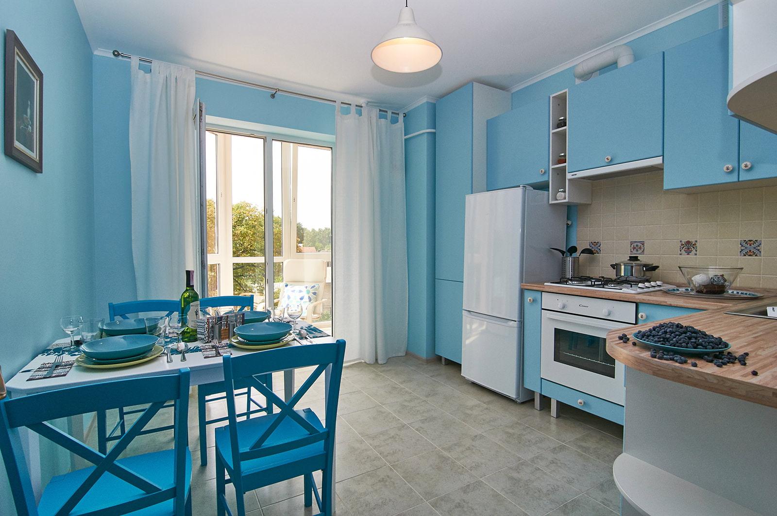 Голубые стены на кухне