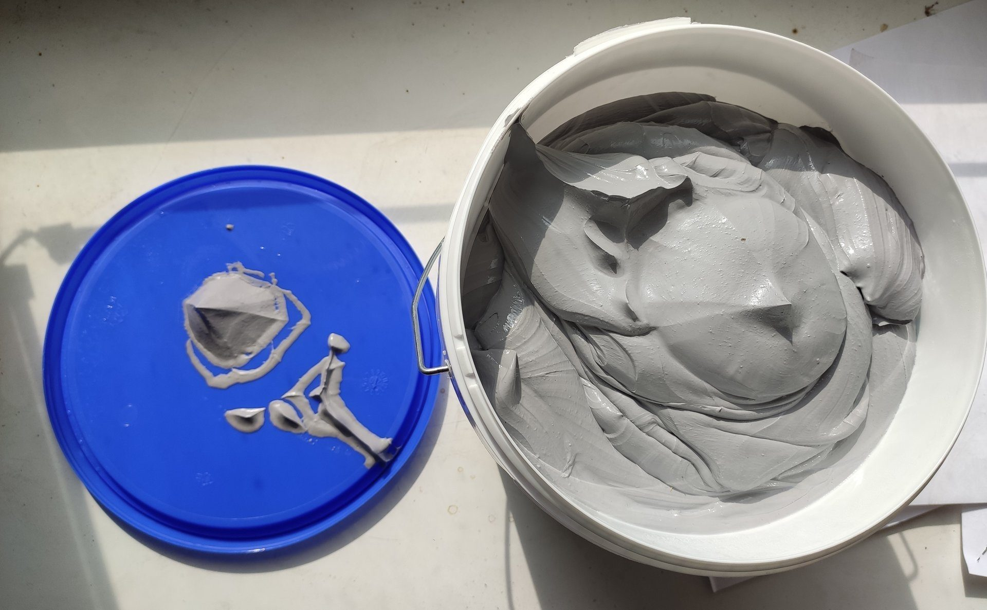 Фото герметика в ведре